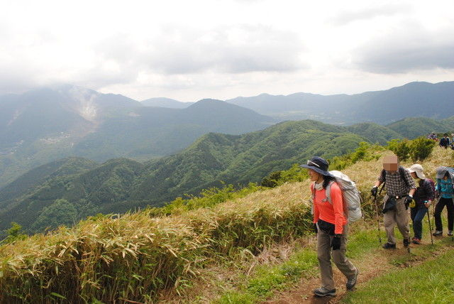 噴煙を上げる大涌谷を横に見て稜線を歩く