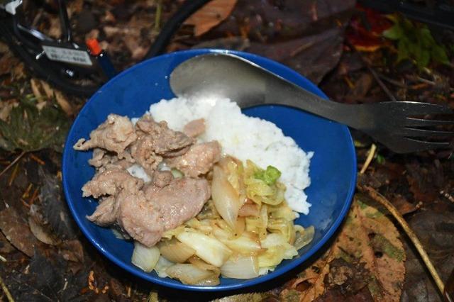 キャンプ飯はテント泊の醍醐味。写真はジンギスカン丼