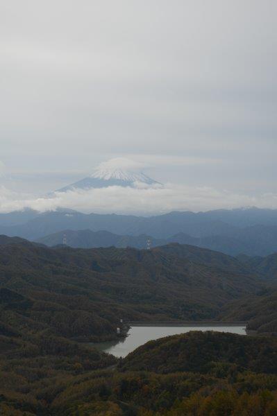 笠雲の富士山、手前は大菩薩湖