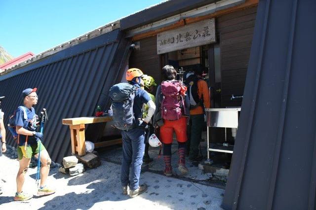 にぎわう北岳山荘。大混雑を予想したが、布団は1人に1枚だった