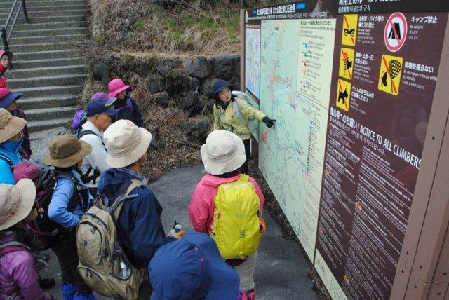 富士宮口で、行程について説明する上村ガイド