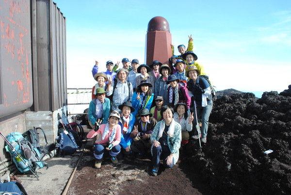 剣ヶ峰で記念撮影する。喜びがはじける