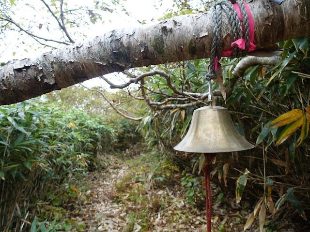 写真02_登山道に鳴り響く熊鈴