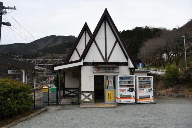 三角屋根の谷峨駅