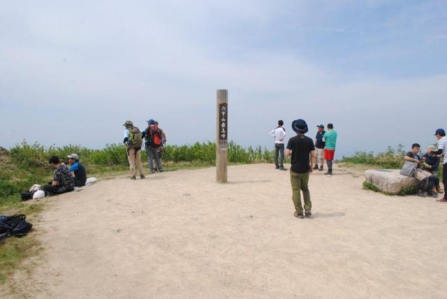 広々とした六甲山最高峰