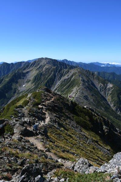 北岳から間ノ岳を眺める。登山道がどこまでも続いている