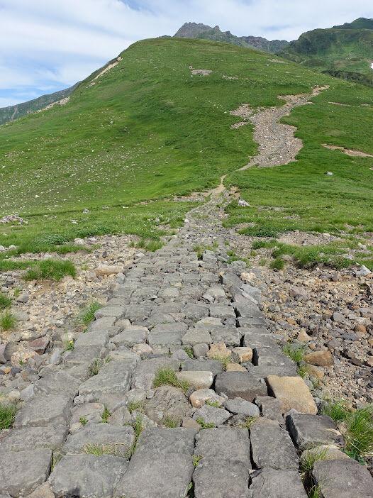 写真09:石畳で整備されているのは、古くからの信仰の山の印。