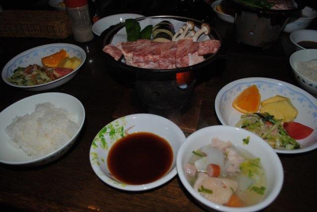 豪華な赤岳鉱泉の夕食。鉄鍋のステーキ