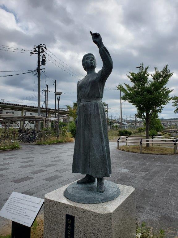 JR二本松駅前の智恵子像。安達太良山を指さしている