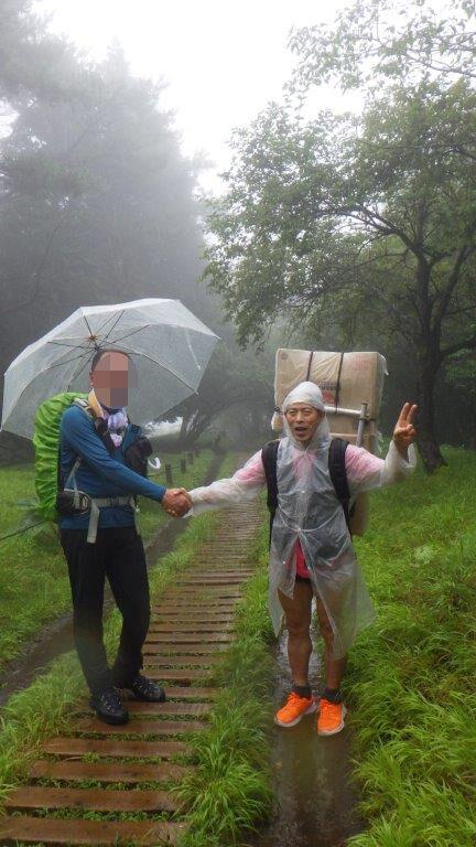 出会った登山者と記念の握手