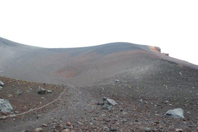 雲の切れ間に、姿を見せた宝永山山頂。なだらかに見えるが…