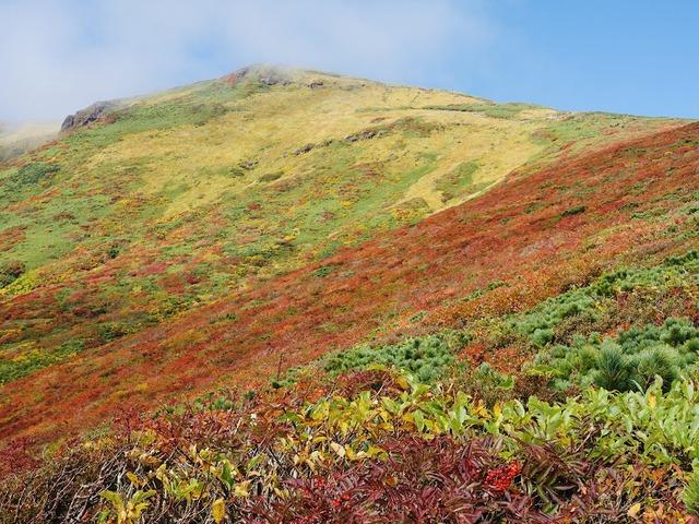 写真09_太陽光で輝く栗駒山全貌
