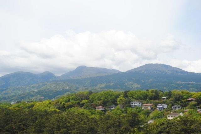 快晴の天城山(中央)。城ケ崎海岸の灯台より撮影