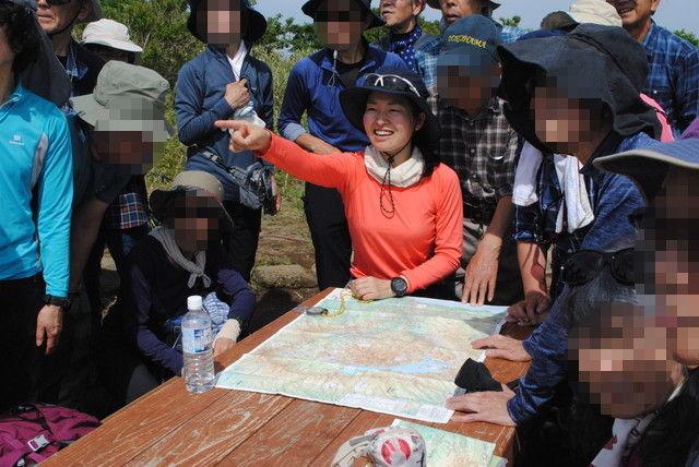 山頂では簡単な地図読み講座を行った