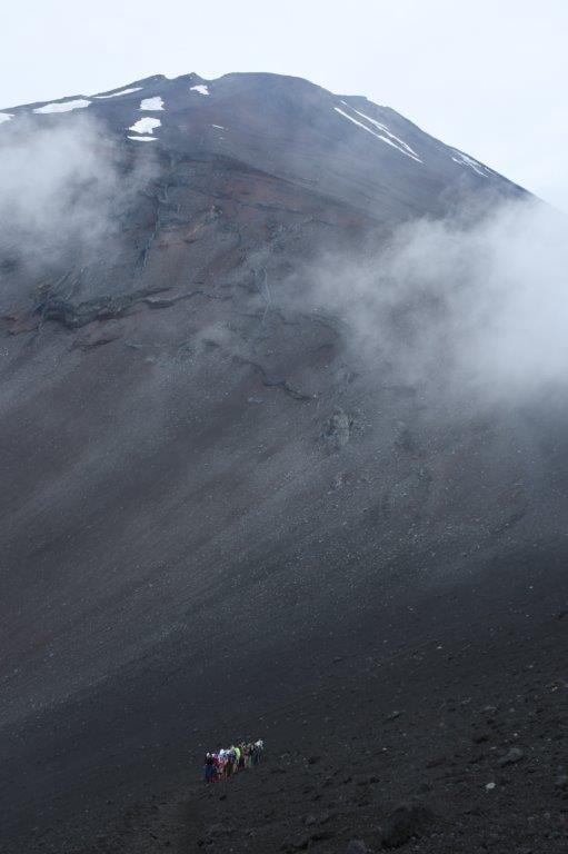 富士山の山頂方向を振り仰ぐ