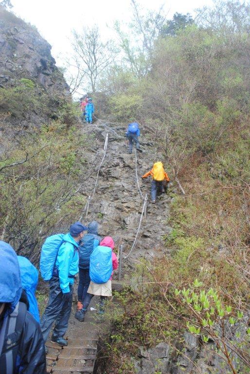 行者ケ岳の先の鎖場。雨の中慎重に下る