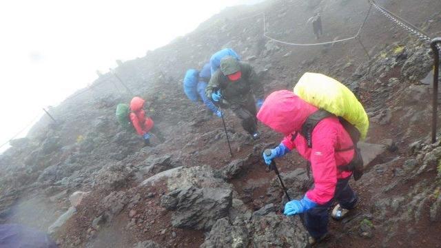 強い雨と風の中、8合目の山小屋を目指す