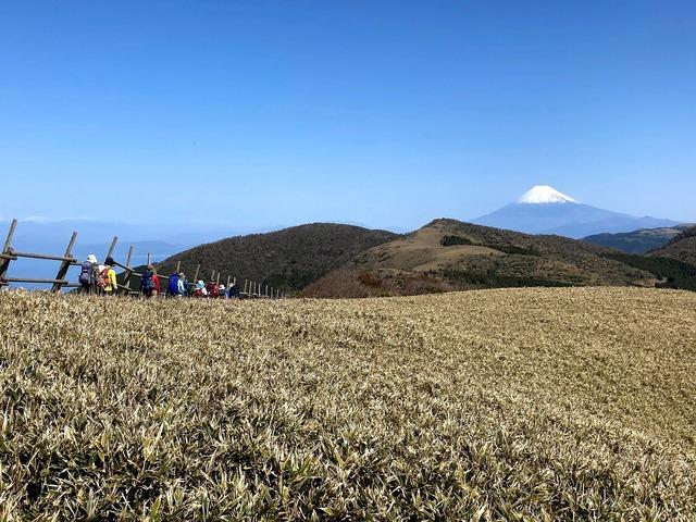 ⑩冠雪した南アルプスと富士山を眺めながら