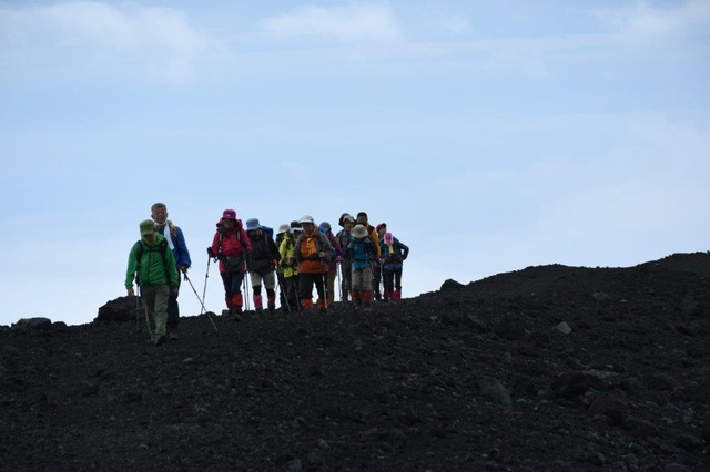 青空の下、宝永山の稜線を歩く