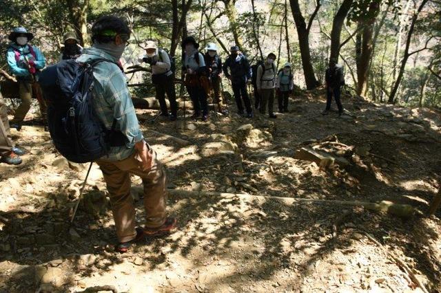 休憩中に登山道の歩き方を伝える太田ガイド