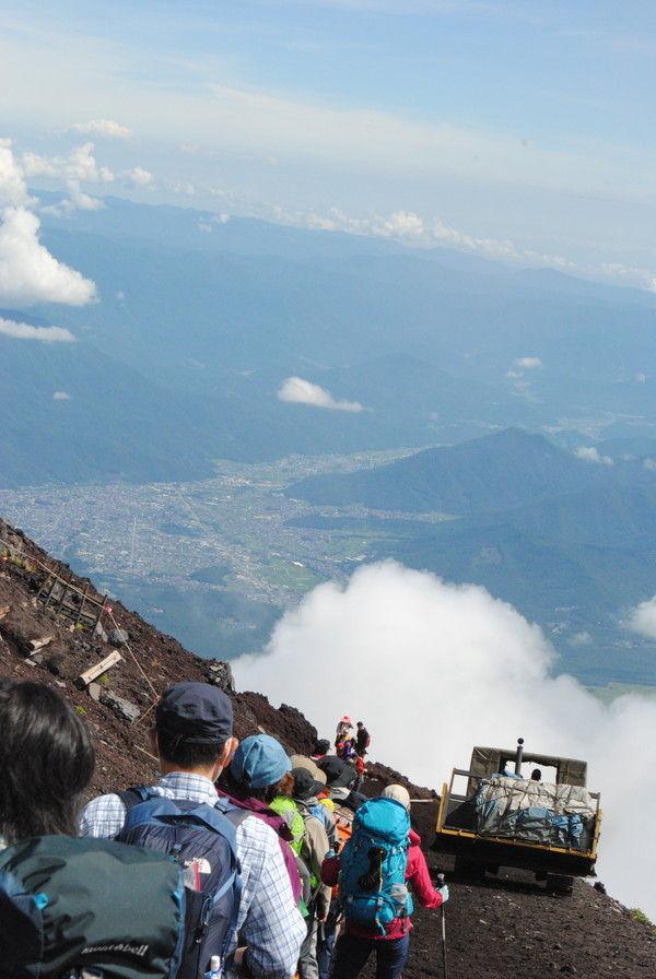 雄大な風景を背に吉田ルートを登るブルドーザー