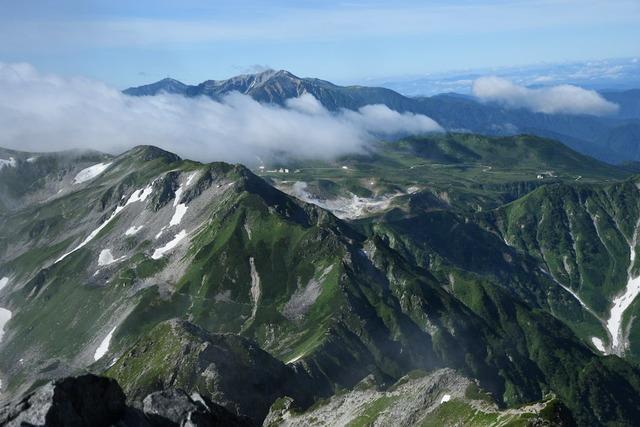 剱岳山頂から室堂方面を見る