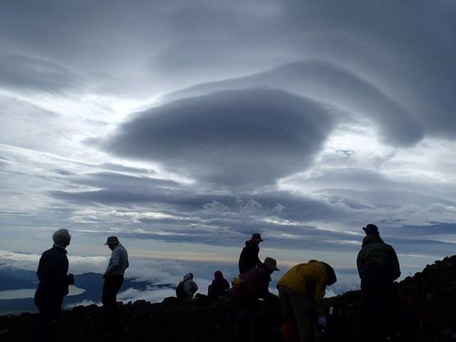 6合目の吊るし雲。山頂に強風が吹いている証拠だ(撮影・小室登氏)