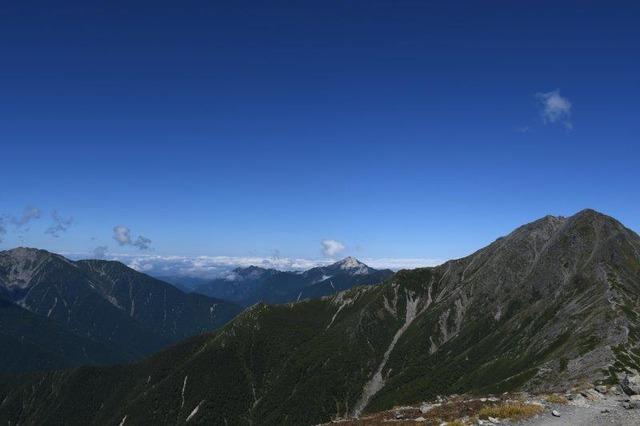 左から仙丈ケ岳、甲斐駒ケ岳、北岳。南アルプスの盟主