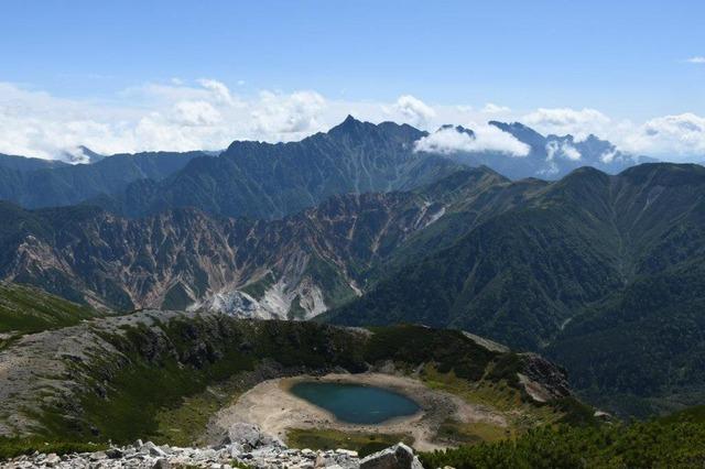 鷲羽岳山頂から。手前の火口湖が鷲羽池