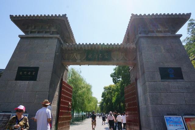 「龍門石窟入口。この門をくぐると多くの仏像が佇んでいます」
