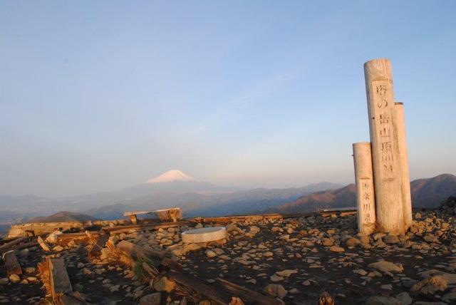塔ノ岳山頂と富士山(2019年5月5日早朝撮影)