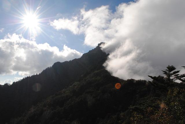 雲を振り払うかのように聳え立つ石鎚山