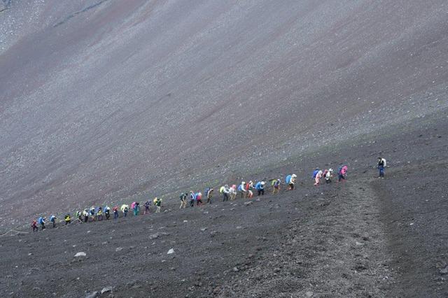 宝永山に向かい第一火口付近を歩く。富士山の大きさが分かる