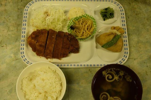 宝剣山荘の夕食。ソースとんかつがおいしい