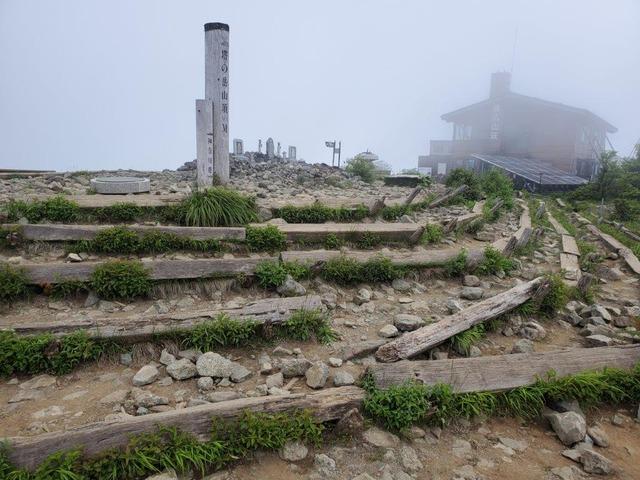 霧の中の塔ノ岳山頂。奥に見えるのが、山小屋・尊仏山荘