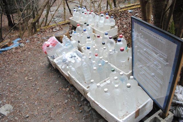 登山口付近のペットボトル群。水道水が詰めてある。鍋割山荘に運んで