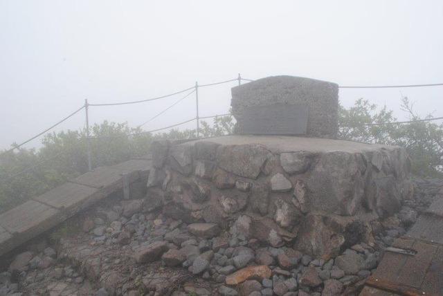 大山山頂。霧に包まれ展望はなかった