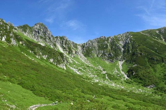 千畳敷カール。中央左寄りの岩峰が宝剣岳