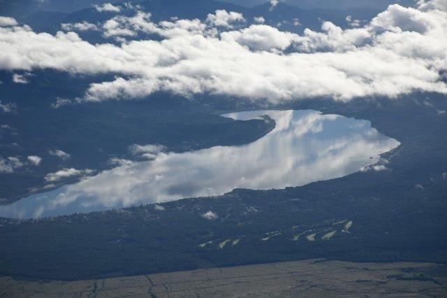 山中湖の湖面に、雲が映る