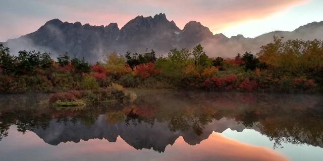 仙人池に映る朝焼けの裏剱と紅葉 (003)