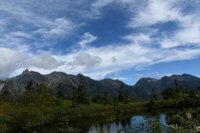 鏡池に映る穂高連峰。左端が槍ケ岳