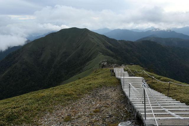 剣山山頂から見る次郎笈