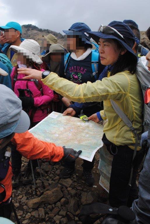 上村ガイドは登山地図の読み方も講習した