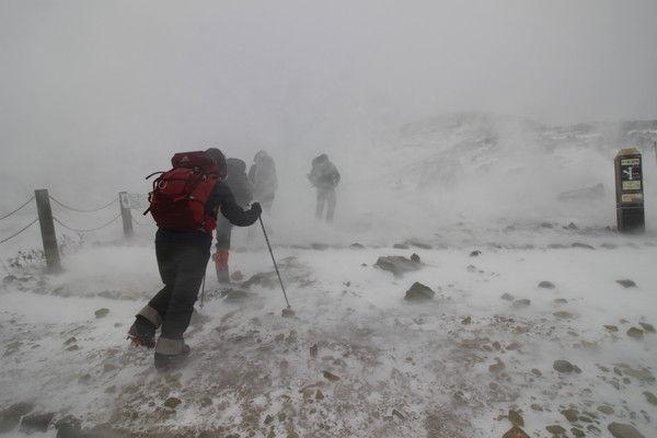 雪煙が舞う中を三斗小屋温泉目指して歩き始める(打木達也氏撮影)