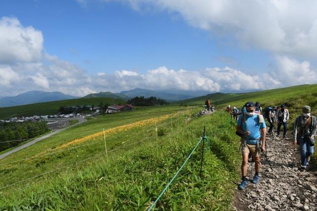 DSC_7081ニッコウキスゲの群落を横目に、山頂を目指す
