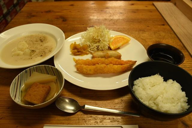 剱沢小屋の夕食。エビフライとポテト