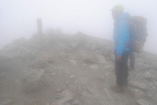 雨中の南岳山頂