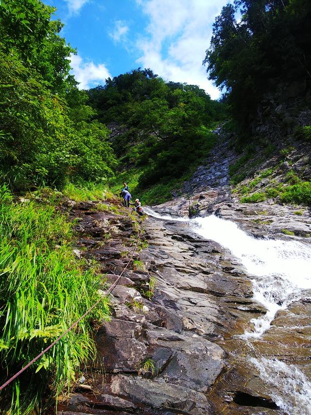 ⑨ハナゲノ滝右岸を登ります。