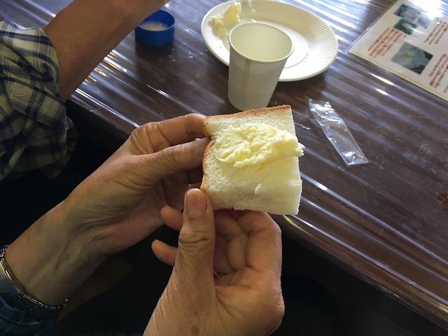 自分で作ったバターは美味しい!と笑顔