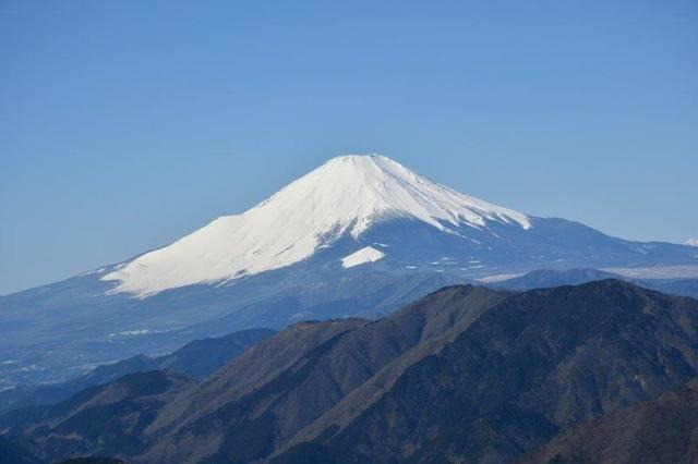 白雪の富士山。神々しく美しい。丹沢・三ノ塔より